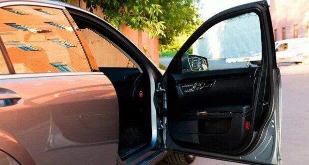 Muž zapomněl zamknout auto a jakmile se k němu vrátil, našel nezvaného hosta