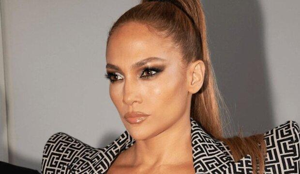 """""""V 51 letech vypadá lépe než v 30 letech"""" - Lopez způsobila senzaci v odvážném vánočním oblečení"""