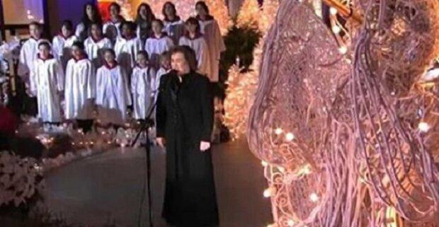 Susan Boyle zpívá s dívčím sborem koledu. Tohle andělské vystoupení je tak dojemné!
