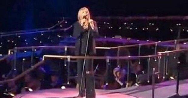 Barbara Streisand zpívá memory z muzikálu kočky, náhle se k ní připojí Susan Boyle a mám husinu