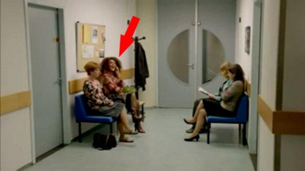Žena v čekárně se velmi hlasitě bavila s kamarádkou přes telefon. Podívejte se, co udělala její sousedka