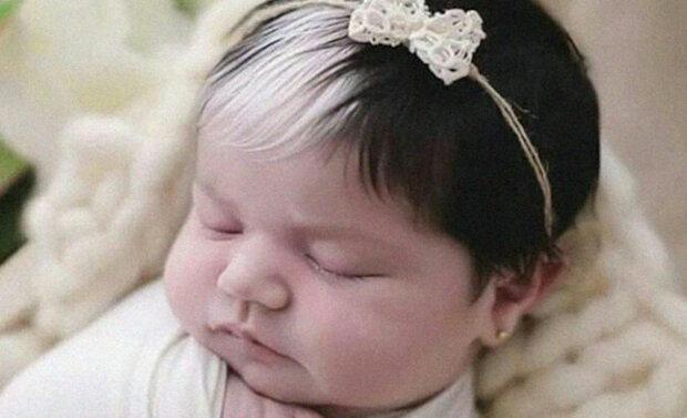 Dítěti, které se narodilo s bílým pramenem vlasů, jsou nyní dva roky. Jak ta dívka vypadá teď?