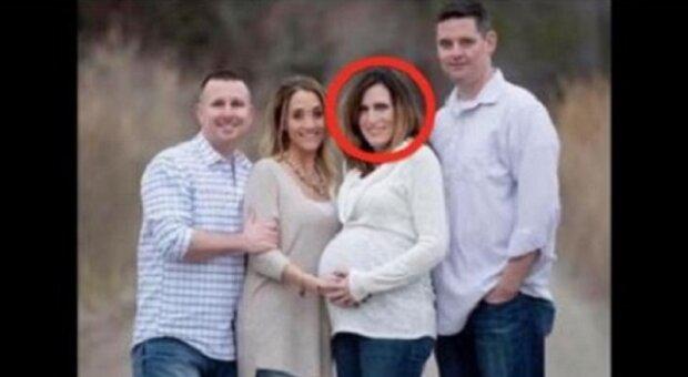 Těhotná žena pózuje na fotce se svým mužem a kamarády, ale opravdový otec dítěte stojí bokem