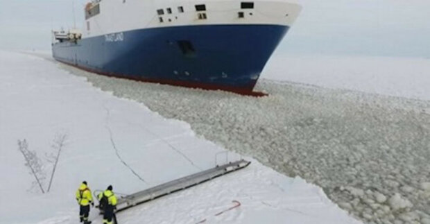 Video natočené dronem zasáhlo síť finského námořníka, který vstoupil na loď a pohyboval se plnou rychlostí