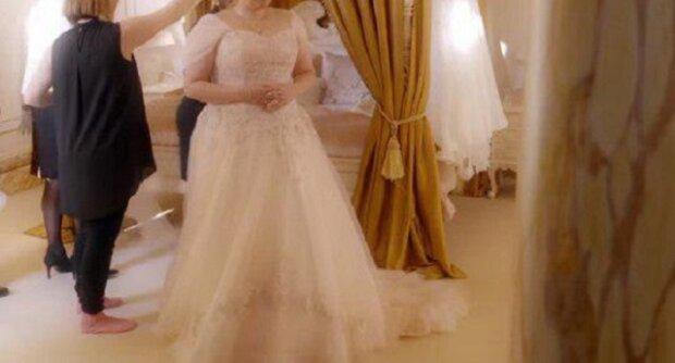 Vysmála se obézní ženě, která si zkoušela svatební šaty v salónu. Poté udělal majitel obchodu něco nevídaného