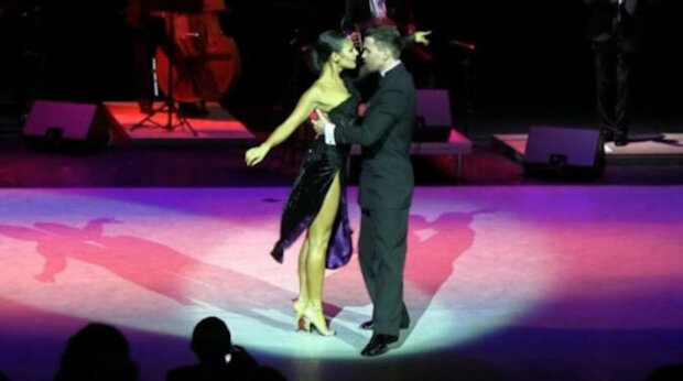 2 900 000 zhlédnutí: tanečnici spadla jedna z bot, ale i přesto dokázala tango odtančit pouze s jednou