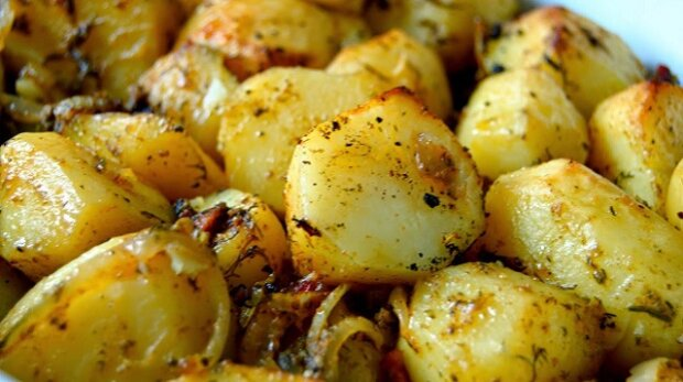 Brambory s česnekem, úplně ideální k obědu a pečené v rukávu