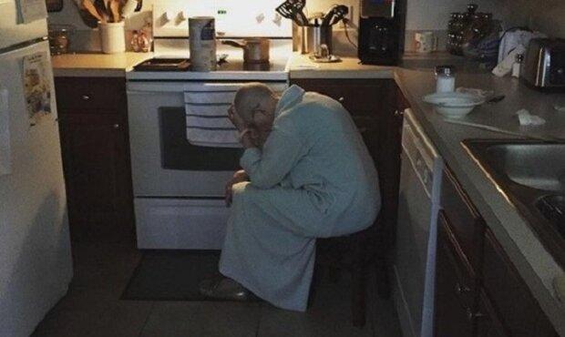 Muž byl na cestě do práce, když si všimne v kuchyni tchýně. Když zjistil, co dělá, puklo mu srdce