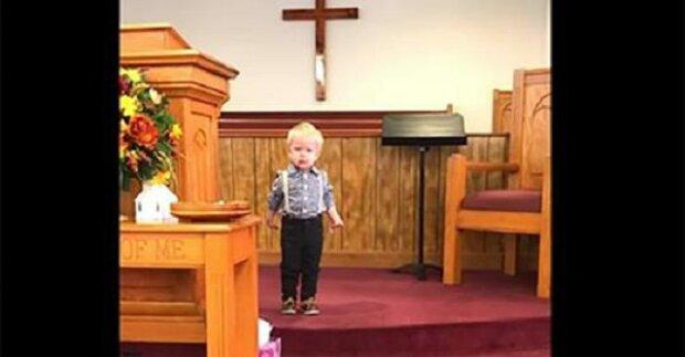 Chlapeček stojí uprostřed kostela a ukazuje věřícím, co se naučil od svého otce kněze – vtipné video dobývá internet