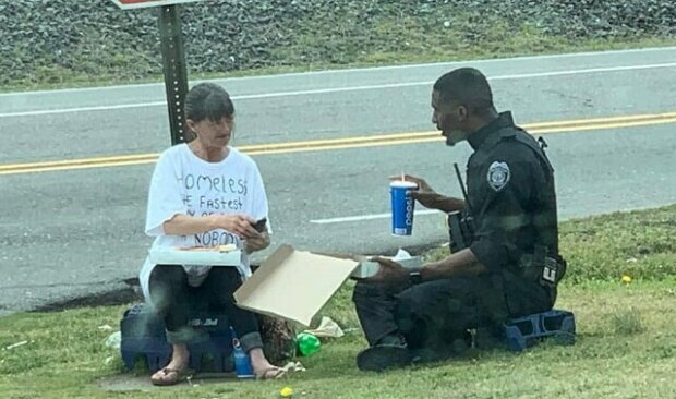 Policista nakrmil bezdomovkyni a poseděl s ní, aby taky posvačil. Všechno díky triku, ve kterém byla žena oblečená