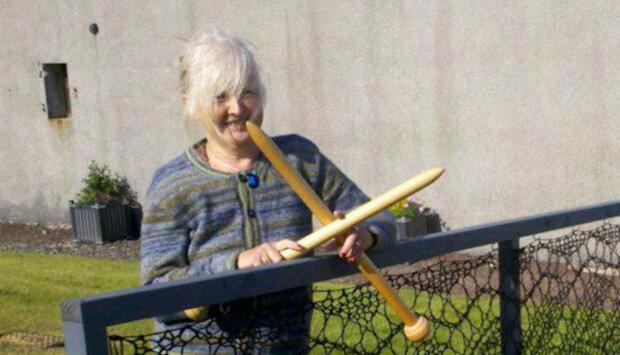 Žena se rozhodla uplést si krajkový plot. Nyní jsou takové téměř na každém dvoře jejího rodného města