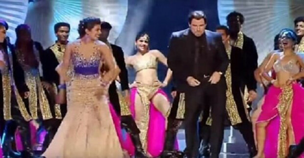 John Travolta tancuje indický tanec. Svou energií rozjasní jeviště