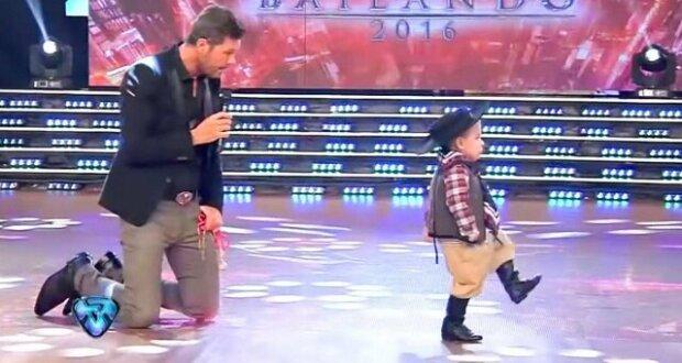 Dvouletý tanečník si získal publikum svým neuvěřitelným tancem a dovednostmi