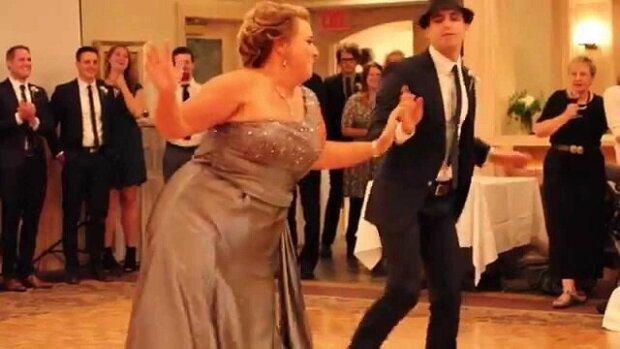 Zábavný tanec matky na svatbě syna
