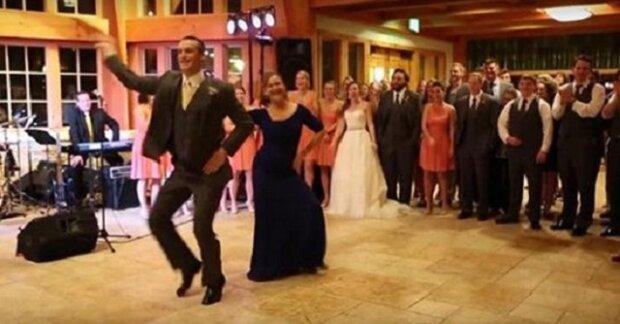 Tanec matky a syna je nudný, náhle se však změní hudba a hosté jsou doslova zaskočeni