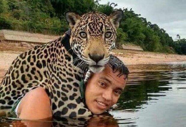 Vojáci si všimli topícího se jaguára a bez váhání vstoupili do vody