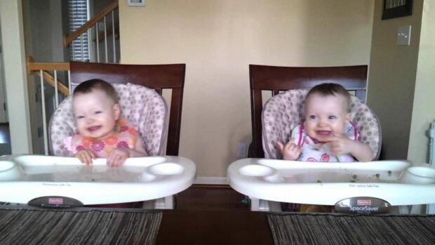 11 měsíční dvojčata vás pobaví. Pouze 11 měsíců a tolik energie. Podívejte se sami