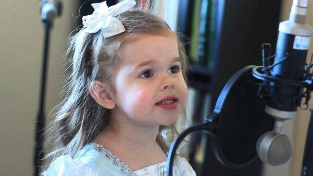 Otec poprosil dcerku, aby zazpívala před kamerou. Její reakce? Podívejte se