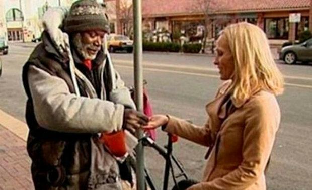 Američanka omylem předala bezdomovci spolu s almužnou i prsten. Co udělal bezdomovec?