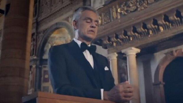 Andrea Bocelli zpívá Ave Maria v pustém kostele, ale podívejte se na lidi, kteří jsou po jeho boku