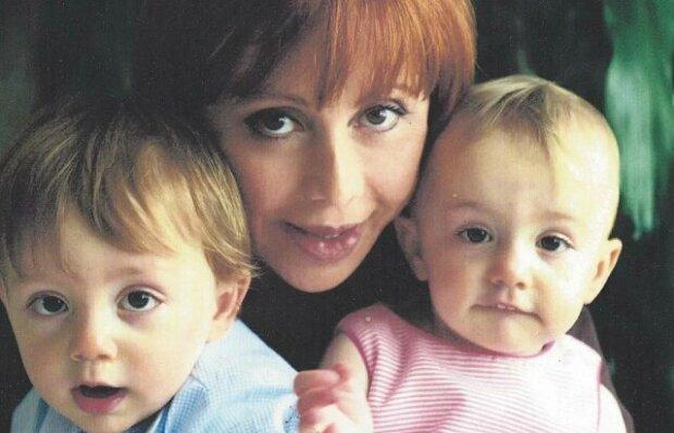 Žena ve věku 57 let porodila dvojčata. Podívej se, jak žijí a vypadají po 16 letech