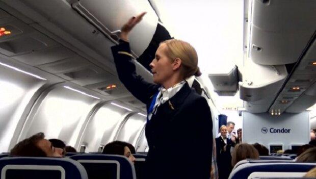 Letuška začíná bouchat do úložných prostor na zavazadla, o chvíli později pasažéři nevěří svým očím