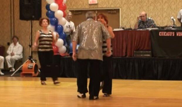 Když se k tomuto tančícímu páru připojí vedle stojící žena, podívejte se co z toho vznikne