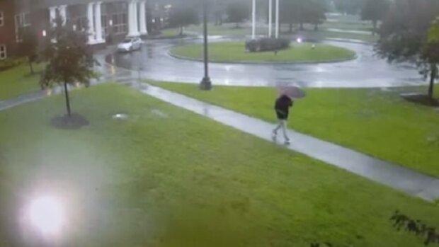 Šel v dešti do auta. Celé to natočila pouliční kamera. Z nahrávky vám bude běhat mráz po zádech