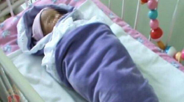 Žena nalezla opuštěné novorozeně ve středu lesa. Lékař následně potvrdí, že je dítě zdravé, ale v dece najde něco nečekaného