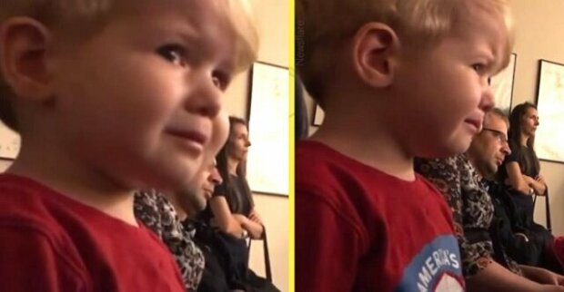"""Dvouletý chlapec neudrží slzy, zatímco jeho starší sestra hraje """"Moonlight Sonata"""""""