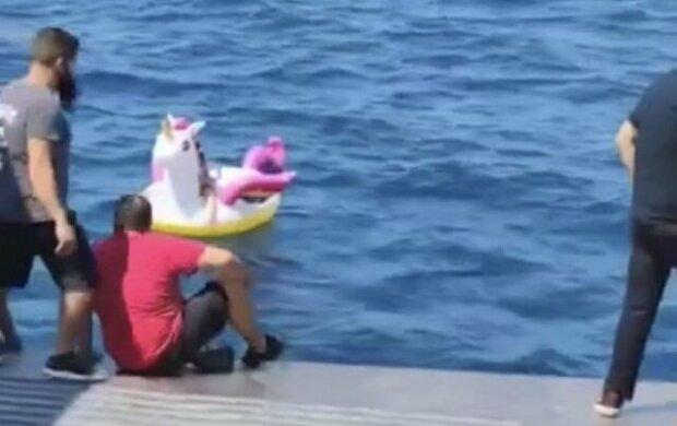 Dívku unesl na moře nafukovací jednorožec. Na záchranu přispěchala posádka trajektu