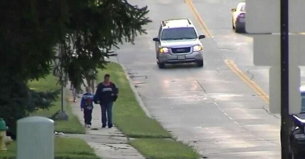 Žena chodí se synem každý den na dlouhé procházky, pak se k nim přiblíží neznámá žena a říká, že je zná z televize